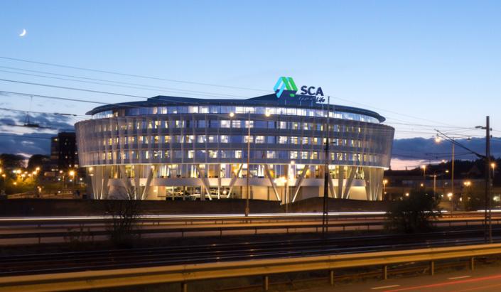 SCA takskylt i vit buliding av Focus Neon i Stockholm