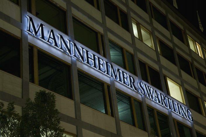 Mannheimer Swartling stor fasadskyltar med Focus Neon i Stockholm
