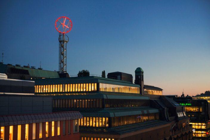 Nk-klockan högt tak tecken på toppen av tornet | Focus Neon