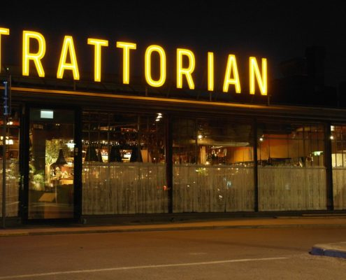 Trattorian takskylt i butik-fronten av Focus Neon i Stockholm
