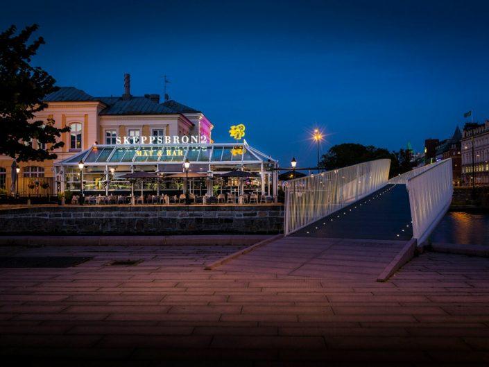 Skeppsbron takskylt på baren av Focus Neon i Stockholm