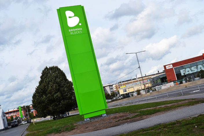 Bromma Blocks stolpskyltar i Stockholm av Focus Neon