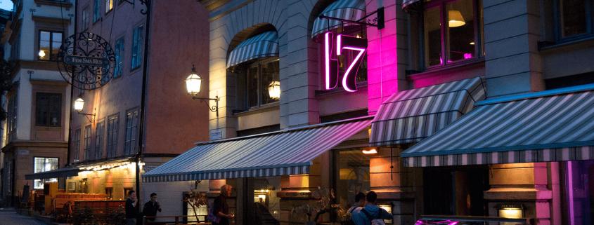 Österlånggatan 17 flaggskylt på restaurangmur av Focus Neon