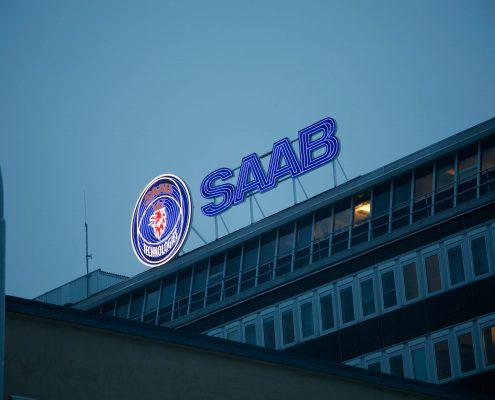Saab takskylt på toppen av byggnaden av Focus Neon