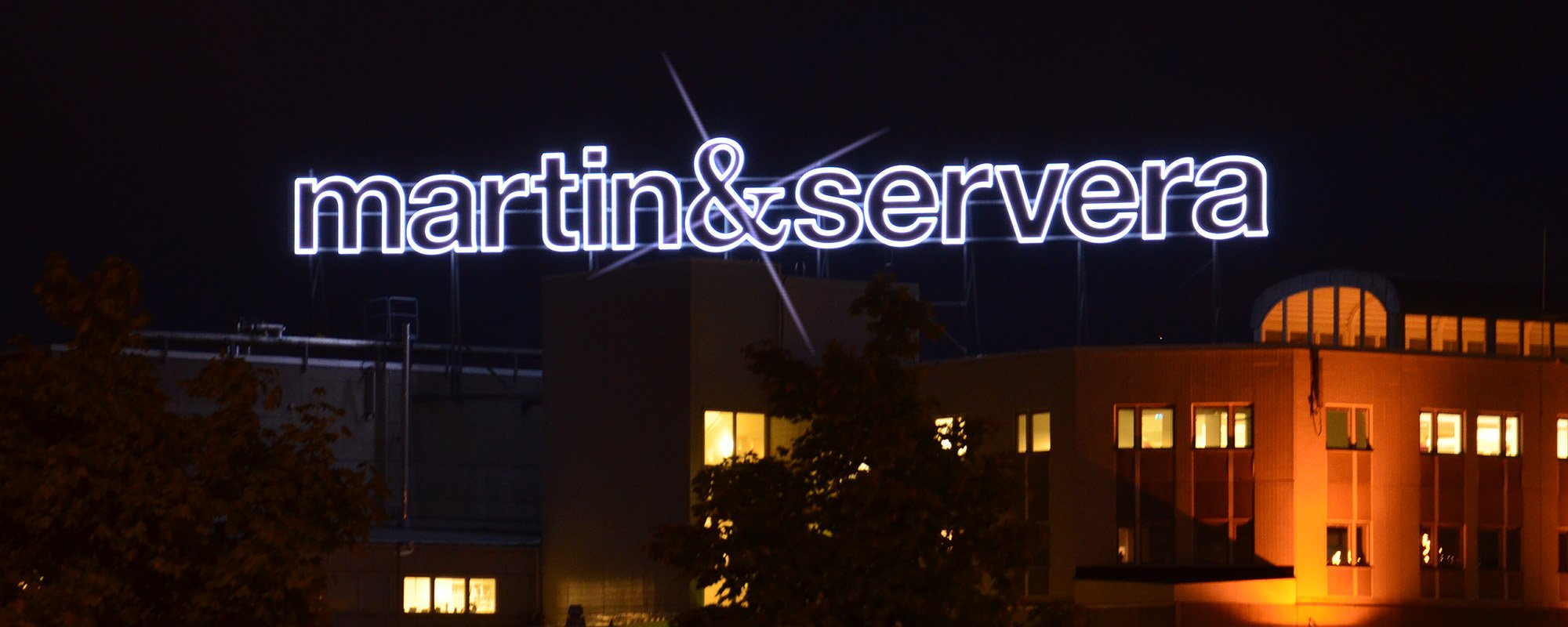 Martinservera takskylt av Focus Neon i Stockholm